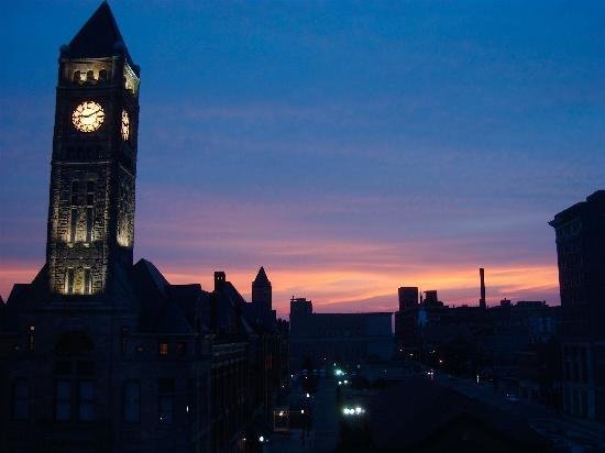 Courtyard Springfield Downtown: Lovely sunset view from our room on 6th floor