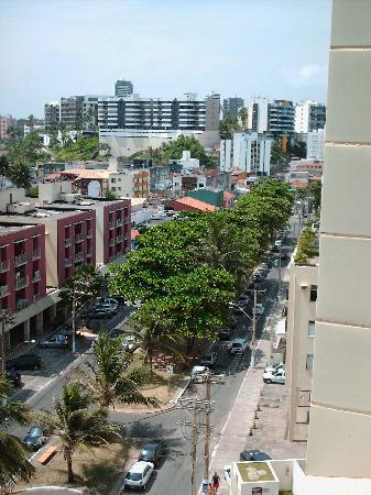 Ibis Salvador Rio Vermelho: Calle del hotel