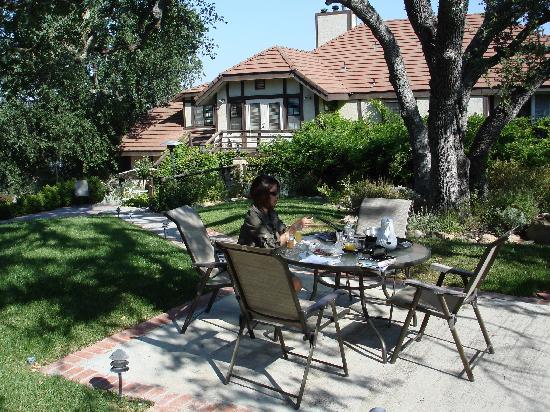 Atascadero, CA: Enjoying breakfast outside