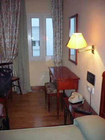 Hotel Serit : MY SINGLE BEDROOOM  AND  WINDOW 212