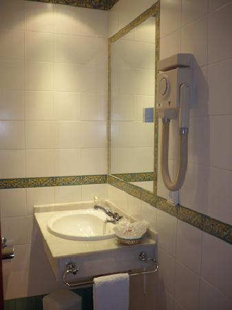 Hotel Serit: BATHROOM