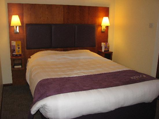 Premier Inn Gloucester (Twigworth) Hotel: Smart new bed and headboard