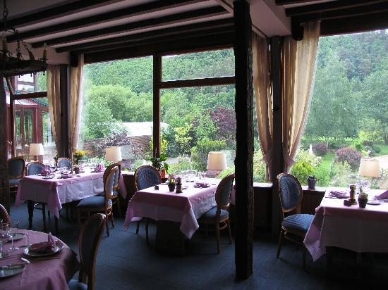 La Claire Fontaine: Dining room overlooking gardens