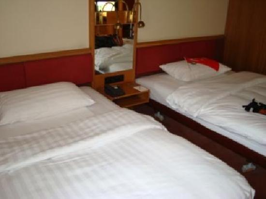 Movenpick Hotel Egerkingen: beds are very big