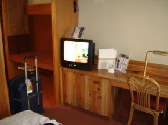 Movenpick Hotel Egerkingen: tv is included a lots of cahnnels
