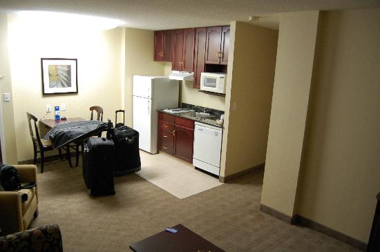 ‪‪Hampton Inn & Suites by Hilton Calgary-Airport‬: Kitchen area from living area‬