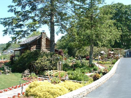 Azalea Garden Inn: View of log cabin