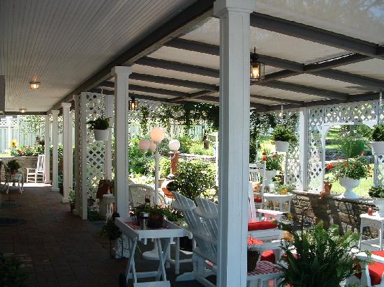 Azalea Garden Inn: Another view of sitting area