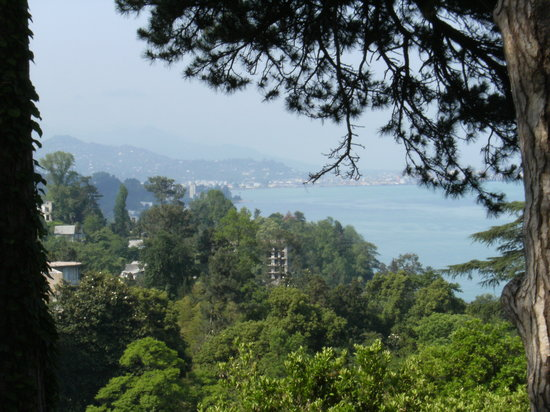 Batumi, Georgië: Looking down from the gardens to the sea