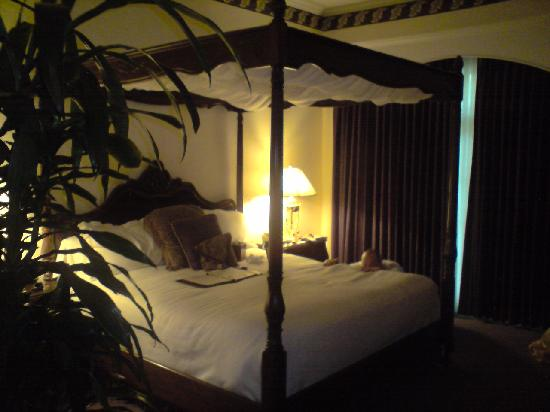 Santa Ynez Inn : Our gorgeous bed
