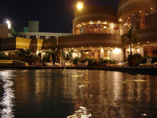 Crowne Plaza Maruma Hotel & Casino: Smming Pool at night