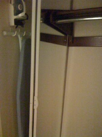 Econo Lodge Inn & Suites: broken closet door