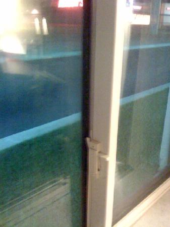 Econo Lodge Inn & Suites: broken latch on window