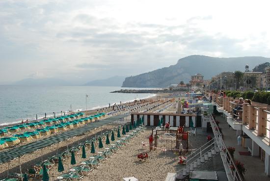 Hotel Punta Est: beach at Finale Ligure