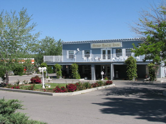 Step Back Inn: Front of motel, nice flower borders, back from the road