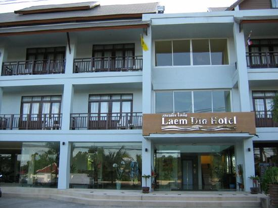 The Laem Din Hotel: Front of the hotel