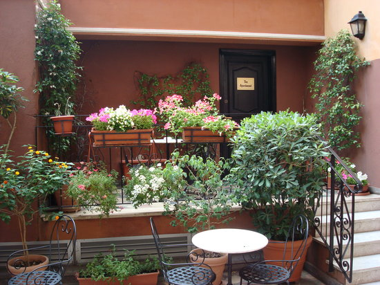 Hotel Modigliani: Outside patio, perfect for afternoon snack