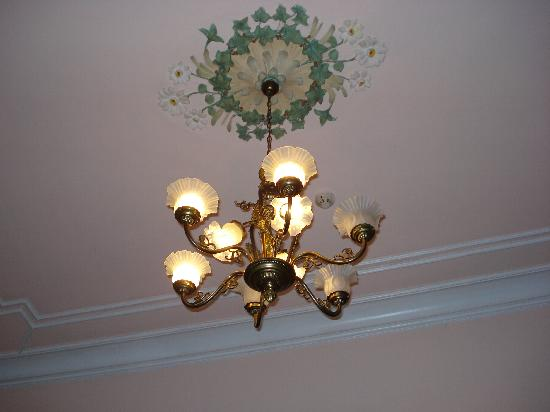 Hotel El Xalet: Chandelier in room 02