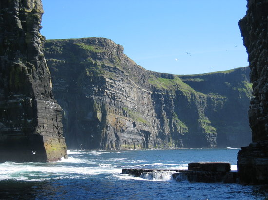 Doolin, Ιρλανδία: View of bottom of Cliffs of Moher