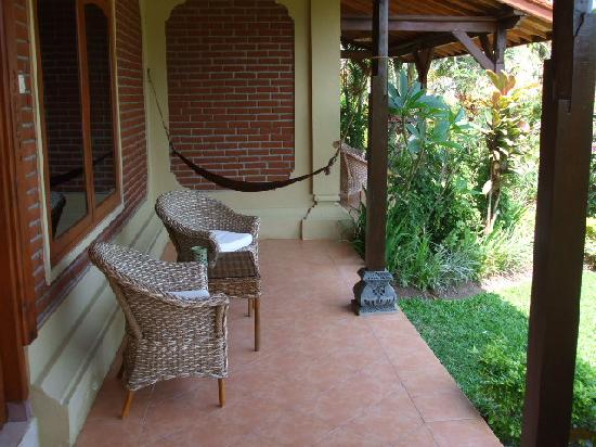 Puri Dajuma Cottages: The chairs and hammock for the room