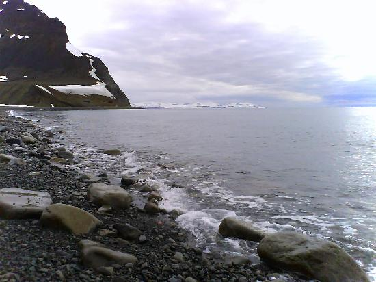 Svalbard, Norveç: The shoreline in Björndalen (Bearvalley)