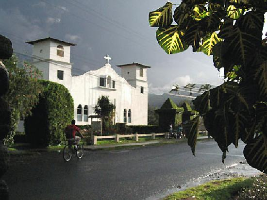 Anton Valley Hotel: The church across the street after a rain