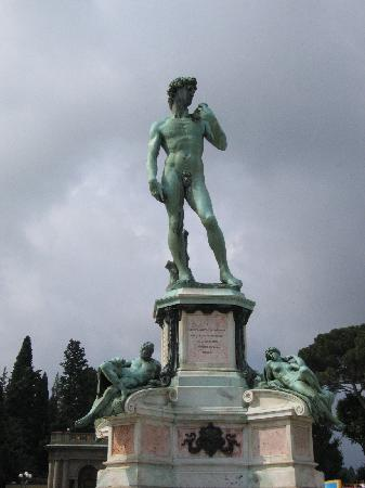 Hotel Etrusca: Piazelle Michelangelo, statue of David cast in bronze