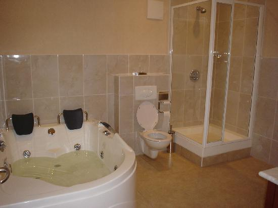 Double jacuzzi seperate shower picture of knightsbrook Knightsbrook hotel trim swimming pool