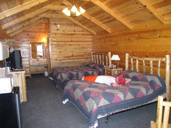 Bryce Canyon Inn: inside of log cabin
