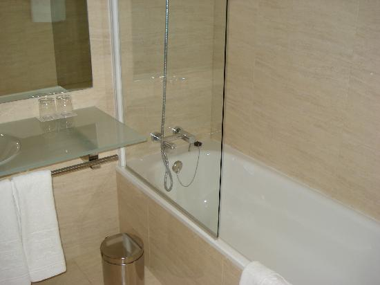Hotel Zenit Pamplona: Bathroom