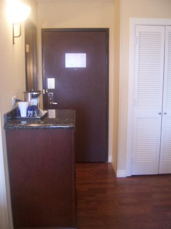 Hilton Waco: entry to the room with hardwood floors