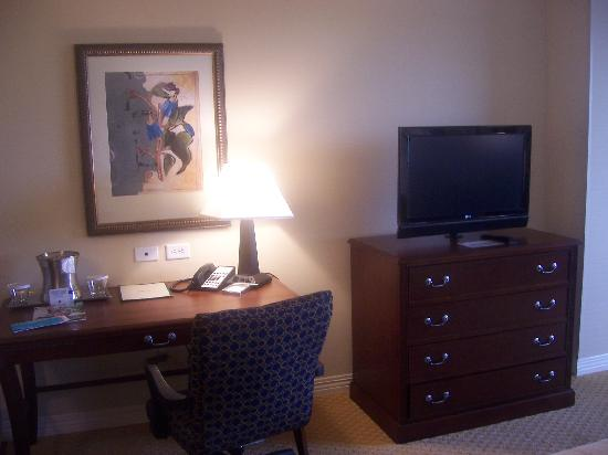 Hilton Waco: desk and flat screen TV