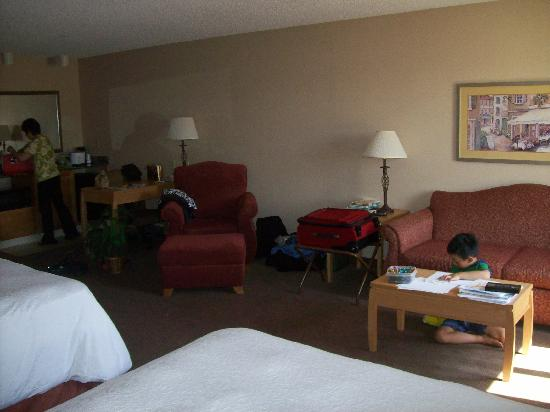 Hampton Inn & Suites - Paso Robles: Sofabed with comfy chair and desk area to the left (with microwave and fridge)