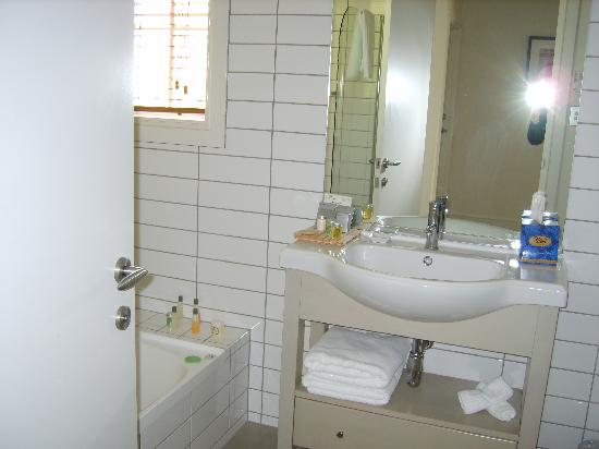 Russell Cottages: main bathroom
