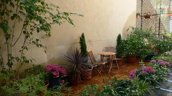 Jays Paris: Patio garden from stairs