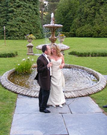 Buckland Tout-Saints Hotel: The happy couple in the beautiful gardens