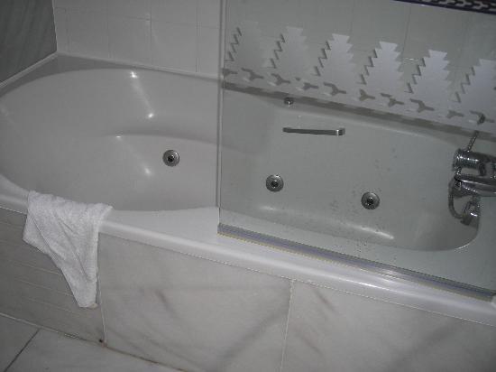 Marriott's Marbella Beach Resort: Jacuzzi bath in master bedroom