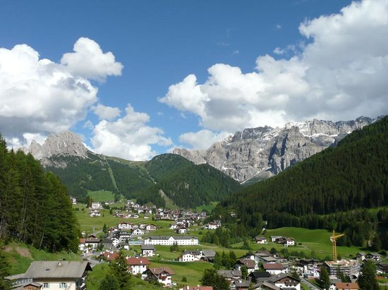 Selva di Val Gardena, Italie : balcony view looking towards Selva