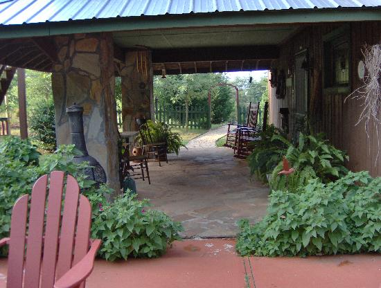 Cedar House Inn & Yurts: Covered Front Porch area