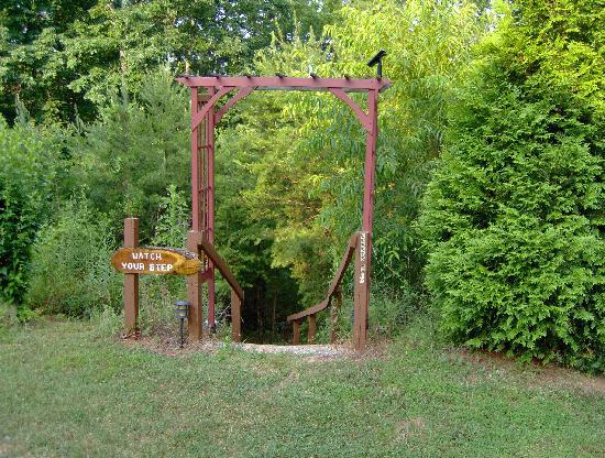 Cedar House Inn & Yurts: Entrance to the YURT area