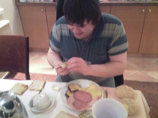 Novum Hotel Garden Bremen: My BF making my breakfast