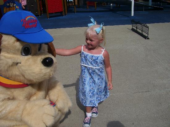 Holiday World % Splashin' Safari: Holidog has a new friend