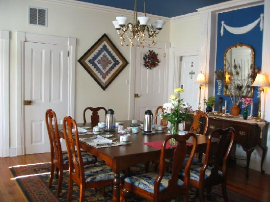 EJ Bowman House Bed and Breakfast: Set for breakfast
