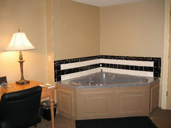 Ambassador Hotel : The Jacuzzi that I paid extra for ...
