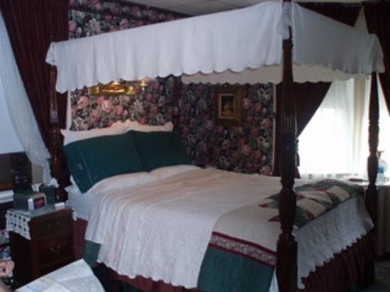 ‪‪Classic Victorian Estate Inn‬: Rose Room Canopy bed‬