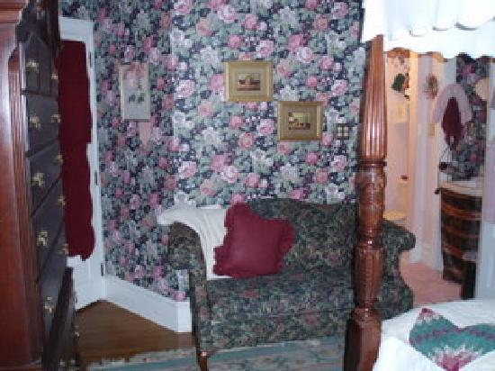 Classic Victorian Estate Inn: Rose Room love seat