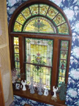 Classic Victorian Estate Inn: Stained Glass window in stariway