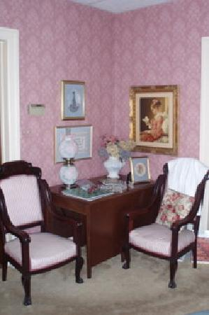 Classic Victorian Estate Inn: Living room
