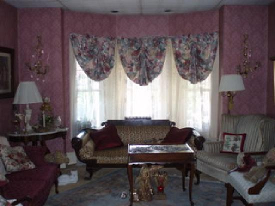 Classic Victorian Estate Inn: Living room window