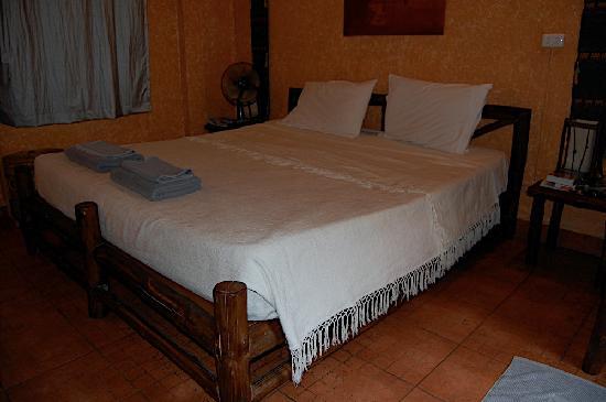 Eden Bungalows: King bed (deluxe bungalow)